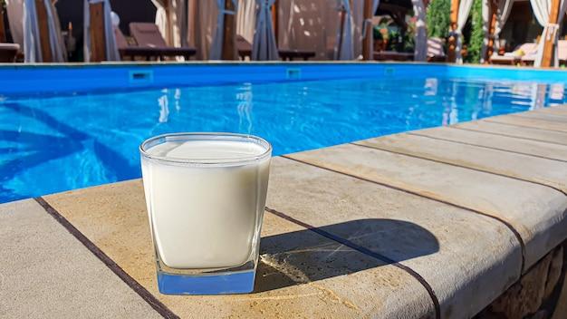 Bebida protéica para o atleta. manhã de esportes na piscina.