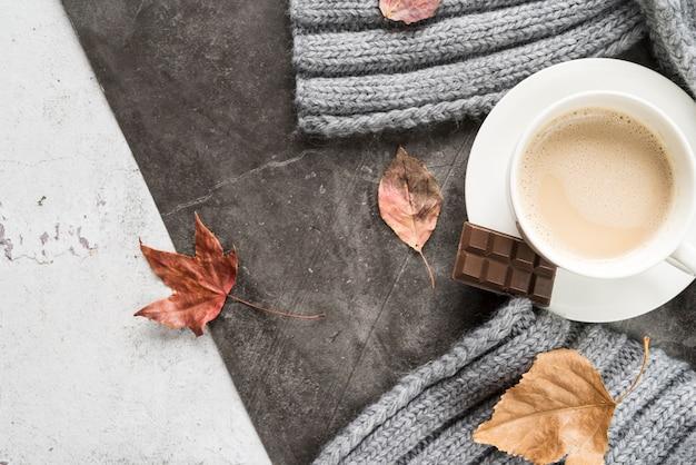 Bebida quente com chocolate na superfície gasto