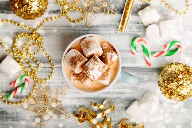 Bebida quente com marshmallow na mesa de madeira