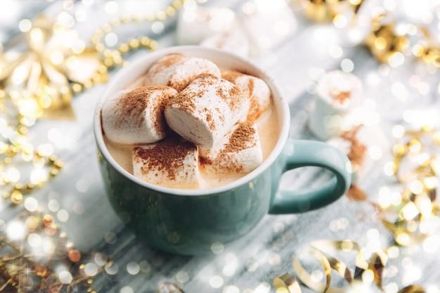 Bebida quente com marshmallows e chocolate
