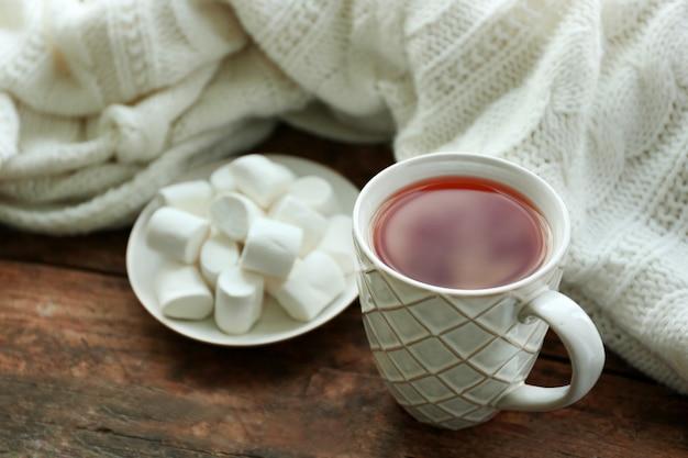 Bebida quente com marshmallows no peitoril da janela