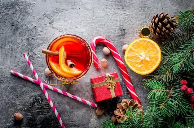 Bebida quente com vinho quente com laranja e decorações de natal