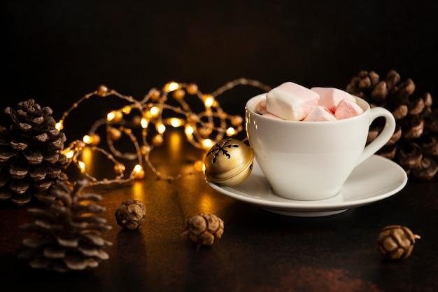 Bebida quente de cacau com marshmallows. bebida de natal e ano novo. clima de véspera de natal. conceito de férias de inverno. fundo escuro. copie o espaço
