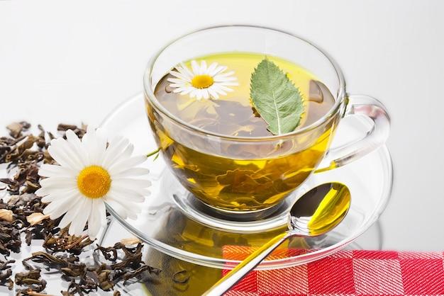 Bebida quente de chá em fundo antigo em cima da mesa