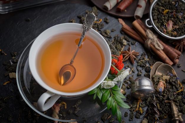 Bebida quente de chá em fundo antigo na composição em cima da mesa