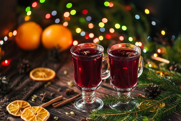 Bebida quente de férias de natal mulled vinho em copos em uma mesa de madeira