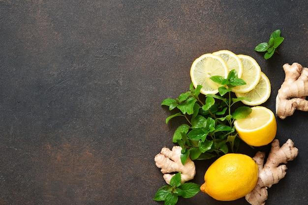 Bebida quente de inverno. chá com limão, mel e hortelã. ingredientes para fazer chá.