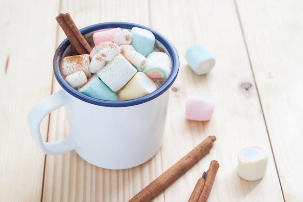 Bebida quente de inverno. chocolate quente com marshmallows. tom de cor pastel