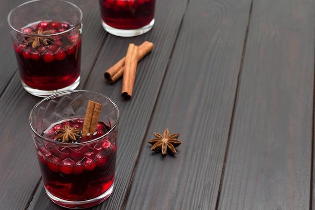 Bebida quente de inverno com cranberries e especiarias