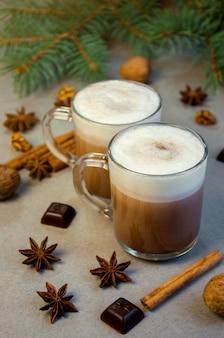 Bebida quente de natal com café de cacau em uma pequena xícara transparente