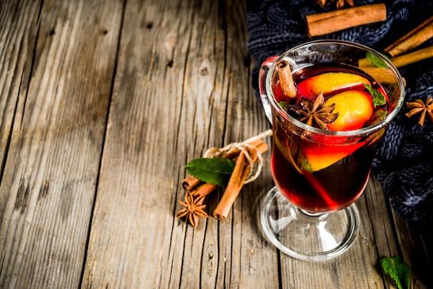 Bebida quente de outono inverno clássico, coquetel de vinho quente com especiarias