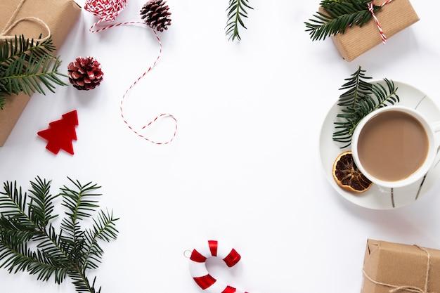 Bebida quente e decorações com espaço de cópia