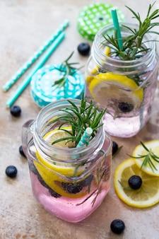 Bebida refrescante caseira com mirtilos, limão e alecrim closeup conceito de dieta