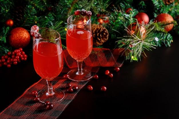 Bebida refrescante com cranberries em fundo preto. copie o espaço.