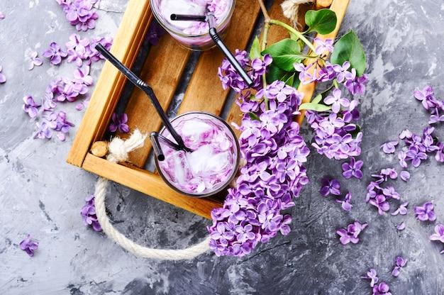 Bebida refrescante com lilás e gelo