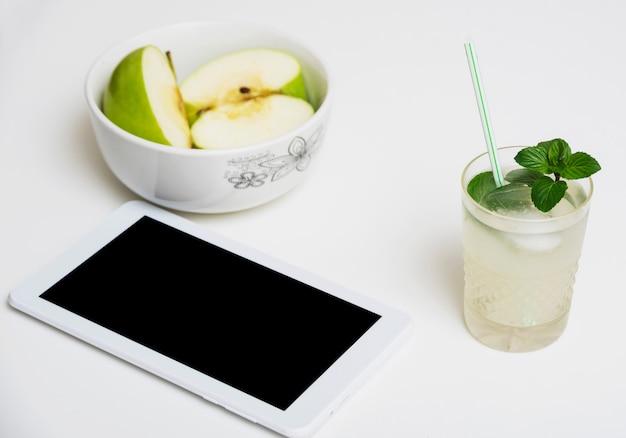 Bebida refrescante com maçãs e tablet