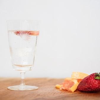 Bebida refrescante com morango e grapefruit