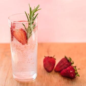Bebida refrescante com morango