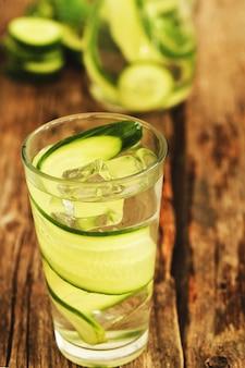 Bebida refrescante com pepino