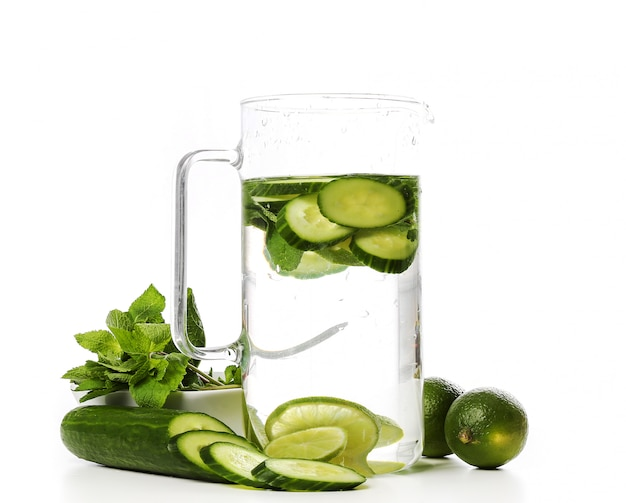Bebida refrescante com rodelas de limão