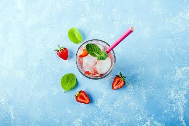 Bebida refrescante de desintoxicação com morango e hortelã