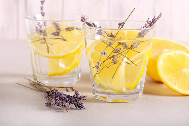 Bebida refrescante de lavanda e limão