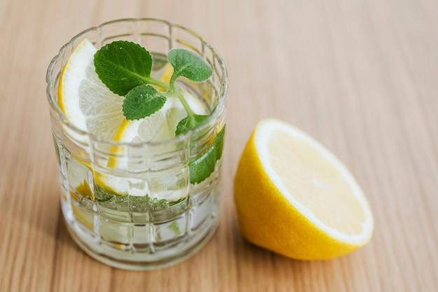 Bebida refrescante de limonada com folhas de hortelã