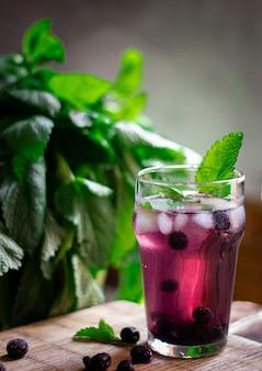 Bebida refrescante de mirtilos e hortelã para o verão quente
