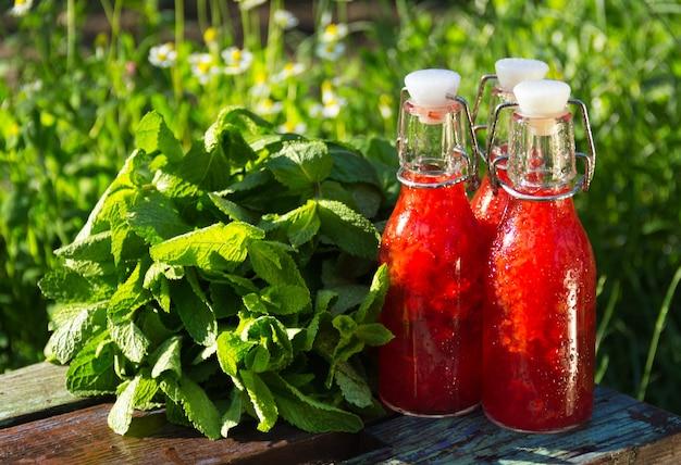 Bebida refrescante de morango de verão no jardim