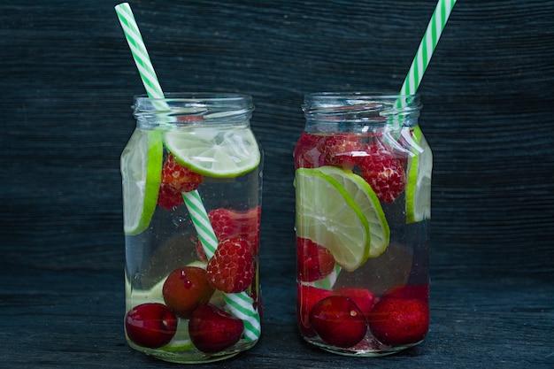 Bebida refrescante de verão com frutas. bebida feita de cereja, framboesa, limão.