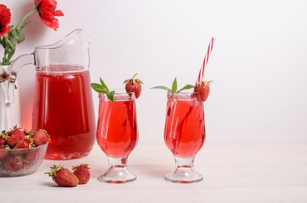 Bebida refrescante de verão com morangos e gelo com espaço de cópia.