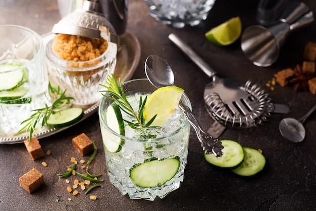 Bebida refrescante de verão - coquetel de desintoxicação de hortelã, pepino e limão