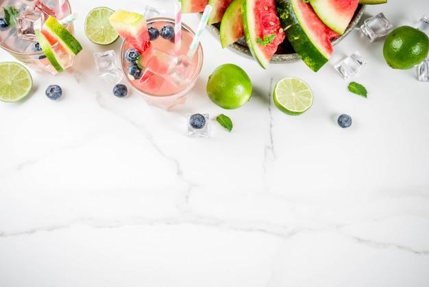 Bebida refrescante de verão, coquetel de limonada de melancia e mirtilo