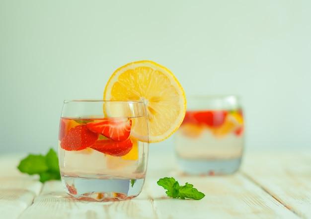 Bebida refrescante de verão de morango cítrico. água de limão com frutas vermelhas. coquetel de morango, limão e menta com refrigerante