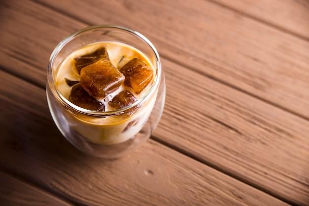 Bebida refrescante de verão moderno com cubos de café gelado