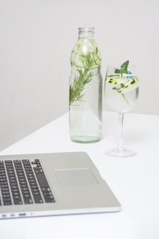Bebida refrescante e laptop