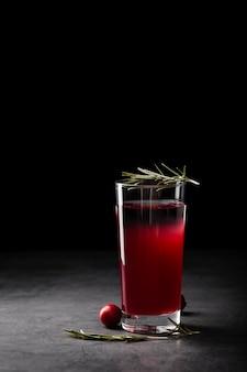 Bebida refrescante em fundo escuro