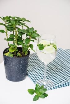 Bebida refrescante na toalha de mesa