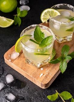 Bebida saborosa de alto ângulo com limão
