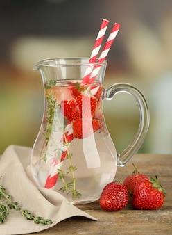 Bebida saborosa e fresca com morango e tomilho, na luz