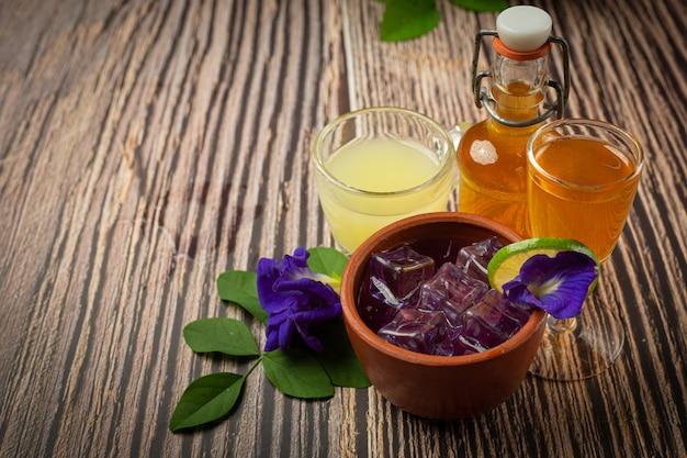 Bebida saudável, chá de flor de ervilha azul orgânica com limão e lima.