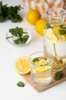 Bebida saudável com rodelas de limão de alto ângulo