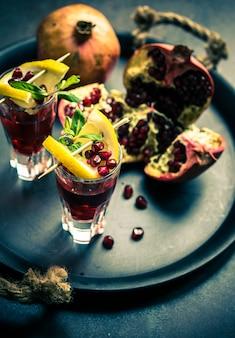 Bebida saudável com romã fresca