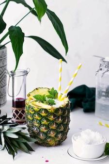 Bebida saudável de abacaxi com xarope de coco e cranberry