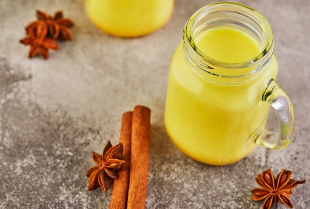 Bebida saudável de açafrão com leite dourado em um copo de vidro
