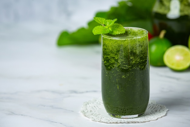 Bebida saudável, smoothie de vegetais