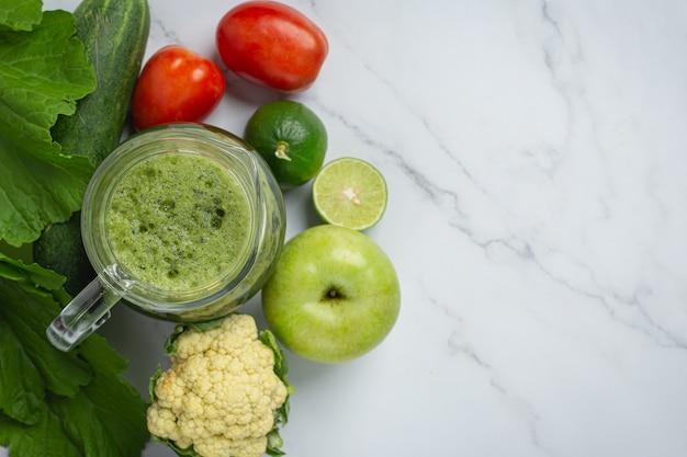 Bebida saudável, smoothie de vegetais