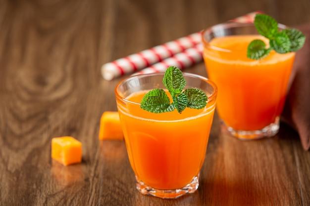 Bebida saudável, suco de cenoura fresco