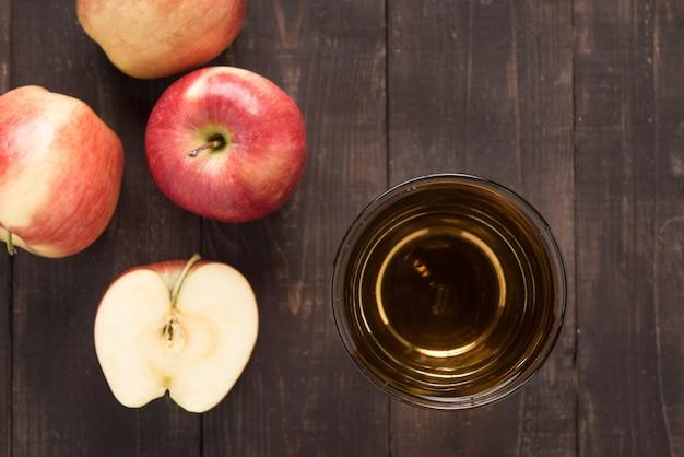 Bebida saudável superior do suco de maçã e frutos vermelhos das maçãs na madeira