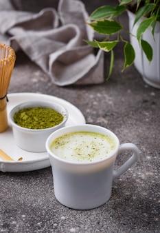 Bebida saudável verde com leite matcha